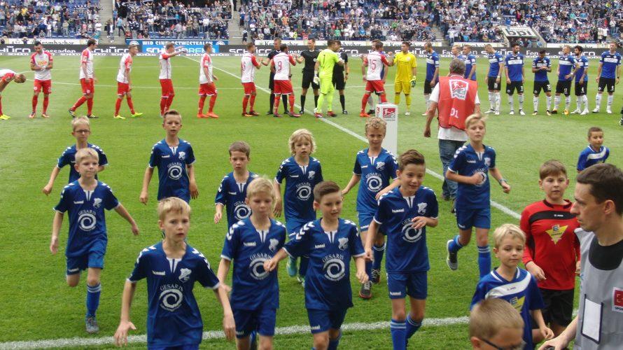 Der Saisonauftakt der zweiten Bundesliga war auch für unseren Nachwuchs ein aufregender Tag. Die F1-Junioren begleiteten die Spieler in der Begegnung DSC Arminia Bielefeld gegen SSV Jahn Regensburg als Einlaufkinder […]
